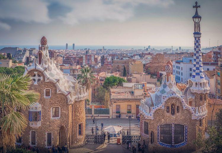 Las ciudades de Europa con mejor transporte público. Colonia Güell y Cripta de Gaudí en Barcelona