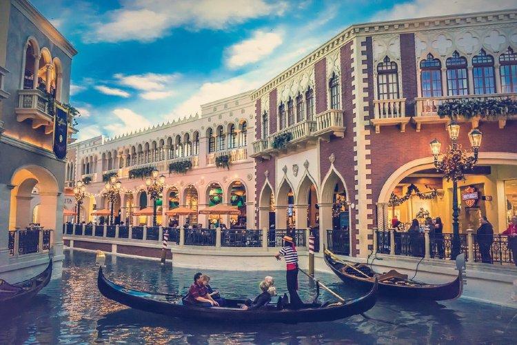 Tour nocturno por Las Vegas. Góndola veneciana por un canal de Las Vegas