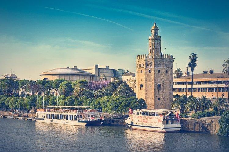 Paseo en barco por Sevilla. Barcos en el Guadalquivir