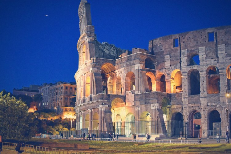 El Coliseo romano iluminado