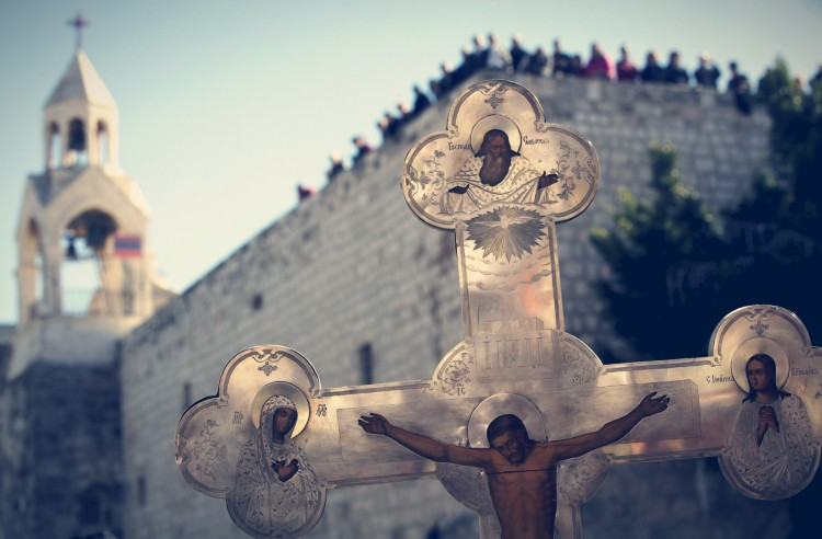 Vista de una cruz greco-ortodoxa en la Plaza del Pesebre en Belén