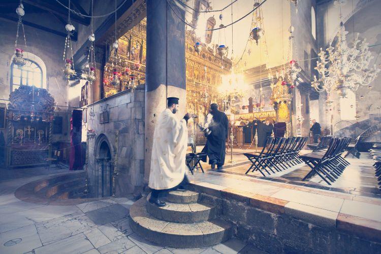 Un cura griego ortodoxo quema incienso en la iglesia de la Natividad de Belén. Foto: EFE/Jim Hollander