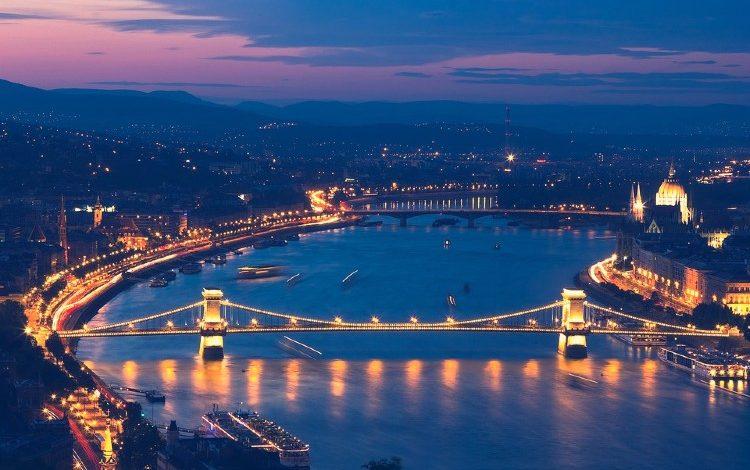 Paseo en barco en Budapest al anochecer