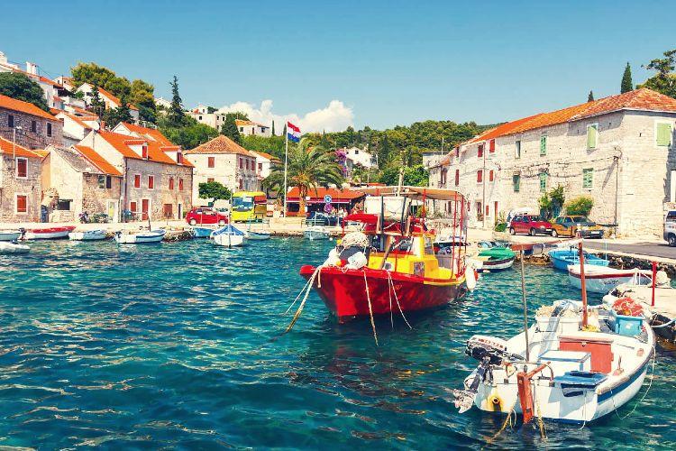 Barcas por las aguas de la isla de Solta